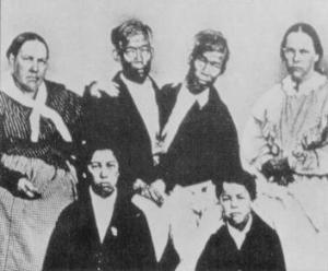 Chang y Eng junto a sus esposas